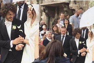 Giovanni e Chicca cedono l'esclusiva delle nozze, ombrelli e cappucci a coprire gli sposi