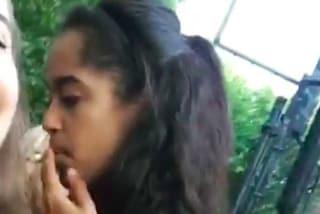 """Malia Obama beccata mentre fuma al Lollapalooza, un testimone: """"Era uno spinello"""""""