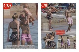 Il costume intero di Laura Chiatti al mare, dopo il parto l'attrice non si scopre