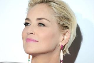 """Sharon Stone bloccata sulla app per incontri, l'attrice protesta: """"Pensano sia un profilo falso"""""""