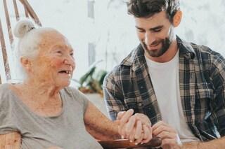 La vicina di 89 anni sta morendo di leucemia, attore di Hollywood la accoglie in casa sua