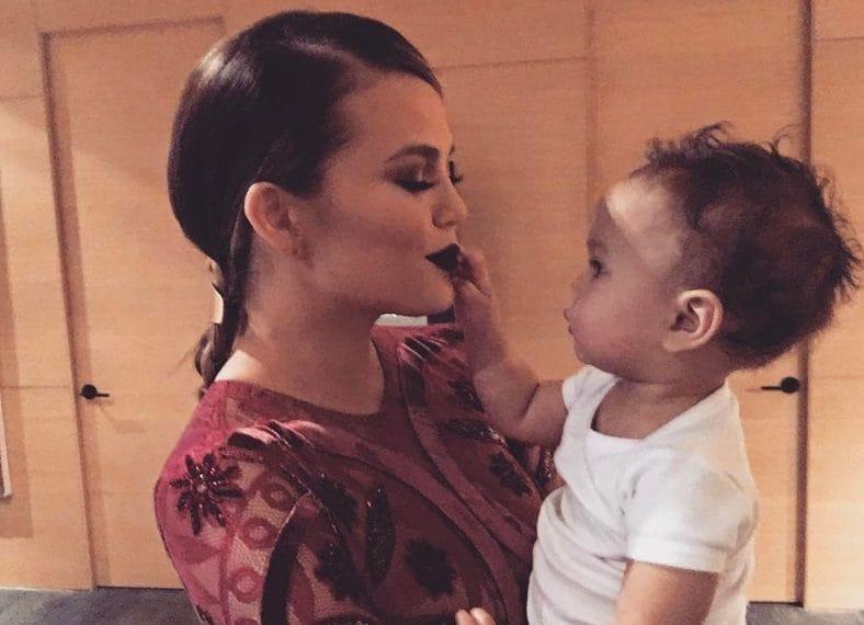 Chrissy Teigen con la figlia Luna Simone