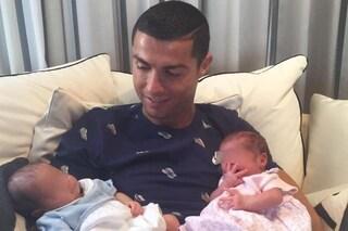 """Cristiano Ronaldo mostra i gemellini: """"I due nuovi amori della mia vita"""""""