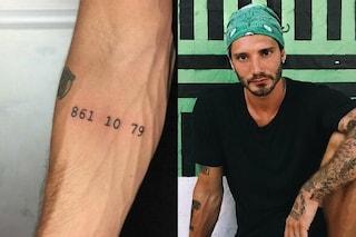 De Martino svela il mistero del tatuaggio: è un numero di telefono legato al nonno