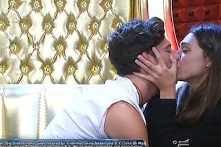 """Cecilia bacia Ignazio liberamente, poi su Monte aggiunge: """"Felice della mia scelta drastica"""""""