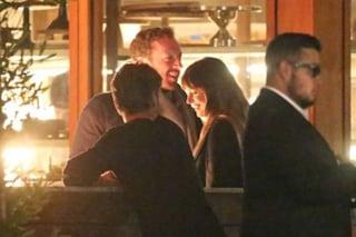 Le foto di Chris Martin e Dakota Johnson insieme, la coppia esce allo scoperto