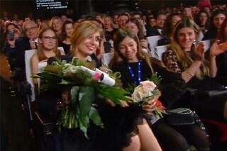"""Favino omaggia la moglie Anna con fiori e panini: """"Sei la donna più invidiata di Sanremo"""""""