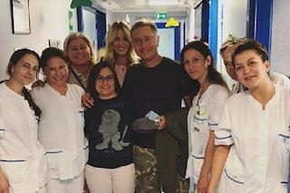 Paolo Bonolis visita i bimbi dell'ospedale dov'è in cura Giacomo, il figlio di Elena Santarelli