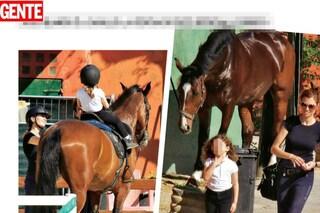 Carlotta Mantovan a cavallo con Stella, la figlia di Fabrizio Frizzi ha compiuto 5 anni