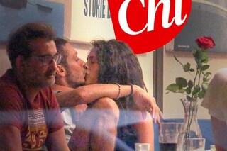 Valentino Rossi bacia Francesca Sofia Novello, la prima foto di coppia ufficializza il loro amore