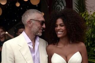 Vincent Cassel ha sposato Tina Kunakey, tutte le foto delle nozze in piazza in Francia
