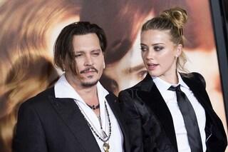 """Johnny Depp: """"Amber Heard ha defecato nel nostro letto"""", ma lei dà la colpa al cane"""