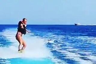 """""""Queen"""" Maria De Filippi cammina sull'acqua (col wakeboard), Raffaella Mennoia: """"E voi muti!"""""""
