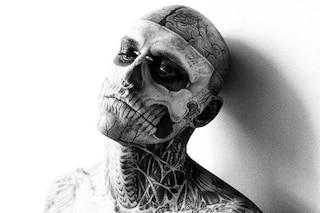 Rick Genest e i tatuaggi di Zombie Boy: tutto iniziò a 15 anni, quando fu operato per un tumore al cervello