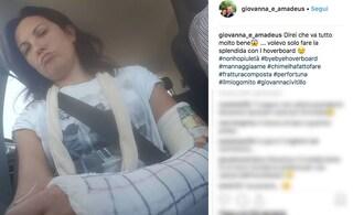 """Giovanna Civitillo, moglie di Amadeus, con il braccio ingessato: """"Colpa dell'hoverboard"""""""