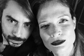"""Il compagno di Jane Alexander sul bacio con Elia Fongaro: """"A casa soffriamo, cammino a testa alta"""""""