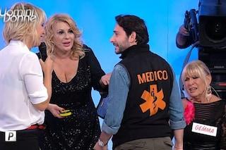 """Medico a Uomini e Donne per Gemma Galgani, Maria De Filippi: """"Ha avuto una crisi d'ansia"""""""
