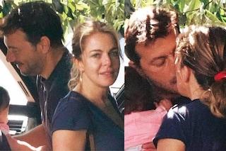 Claudia Gerini ha un nuovo amore dopo Andrea Preti, l'attrice bacia un uomo misterioso