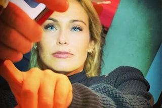 """Sonia Bruganelli risponde agli attacchi sul lusso: """"Non è facile essere la moglie di Paolo Bonolis"""""""