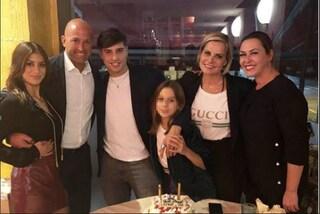 Niccolò Bettarini festeggia 20 anni in famiglia, c'è anche Nicoletta Larini