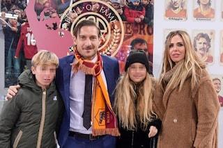 Una Ilary Blasi stoica supporta Francesco Totti, commosso per l'ingresso nella Hall of Fame