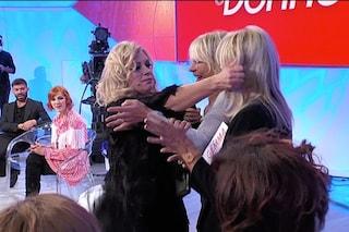 """Tina Cipollari mette le mani addosso a Gemma Galgani poi le tira i capelli: """"Ti stacco la testa"""""""