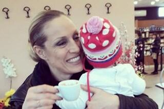 """Annalisa Minetti stringe Eléna, i commenti: """"Sei cieca, non avresti dovuto avere dei figli"""""""