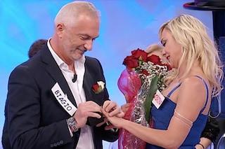 """Proposta di matrimonio a Uomini e Donne, l'anello di Biagio a Caterina: """"Ti sposerei mille volte"""""""