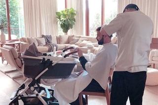 Ricky Martin papà onnipresente: culla la figlia neonata mentre si prepara per i Golden Globe