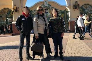 """Tina Cipollari a Disneyland con i figli, uno di loro viene insultato: """"È grasso, fallo dimagrire"""""""