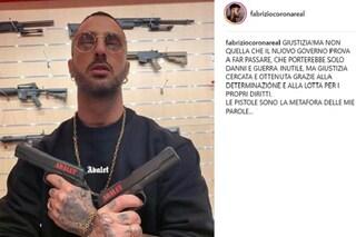 """Fabrizio Corona posa con pistole e fucili: """"Chiedo giustizia"""""""