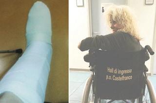 Donatella Rettore in ospedale con la gamba ingessata, a rischio la partecipazione a Ora o mai più