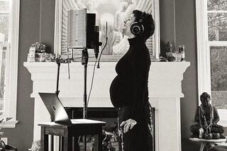 Alanis Morissette è incinta per la terza volta, l'annuncio social col pancione