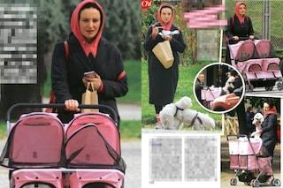 """Arisa al parco con un passeggino gemellare: dentro ci sono i suoi """"bambini"""", gli adorati cani"""