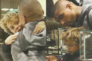 Kevin Boateng con il figlio Maddox a Milano, shopping e abbracci senza mamma Melissa Satta