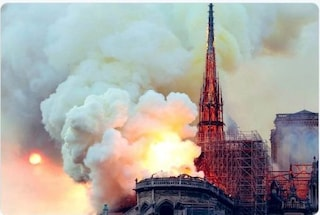 """""""Povera Parigi, poveri noi"""". Notre Dame brucia, i messaggi dei vip sui social"""