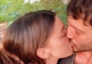 Il bacio da adolescenti tra Belén e Stefano, operazione ritorno di fiamma completata