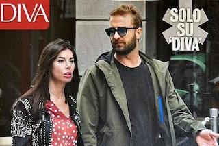 Bianca Atzei tiene la mano alla Iena Stefano Corti, ha ritrovato l'amore dopo Max Biaggi