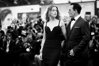 """Johnny Depp contro Amber Heard: """"Mischiava anfetamine e farmaci, subivo io la violenza domestica"""""""