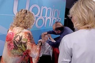 Tina Cipollari litiga con Gemma Galgani e la colpisce a un occhio, a 'UeD' interviene il medico