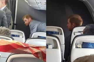 Harry lascia Roma su un volo di linea, una passeggera fotografa il principe