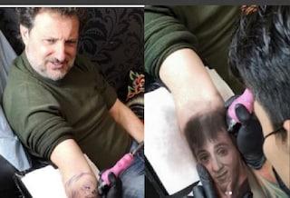 Leonardo Pieraccioni si tatua il volto di Massimo Ceccherini sul braccio, scherzo o zingarata?