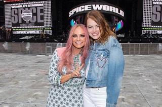 """Emma Stone cade al concerto delle Spice Girls e si rompe una spalla, sospese le riprese di """"Cruella"""""""