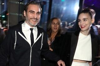 Joaquin Phoenix e Rooney Mara si sposano, lei sfoggia l'anello al dito