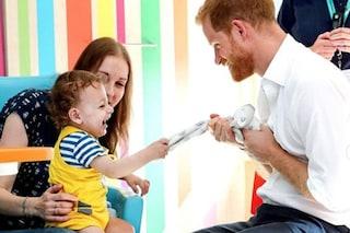 Il Principe Harry come Lady Diana, in visita all'ospedale pediatrico di Sheffield conquista tutti