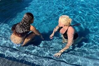 Antonella Clerici in piscina con la figlia Maelle, relax dopo la delusione dalla Rai