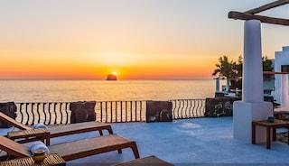 Dolce e Gabbana vendono la villa di Stromboli: 7 suite, 9 bagni e affaccio da sogno sul mare