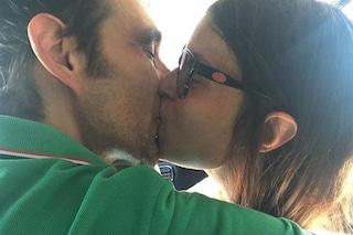 Il bacio tra Sara Tommasi e Angelo Guidarelli, la foto dopo la notizia dell'aborto