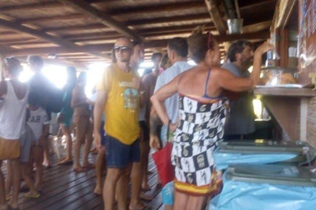 Francesco Totti in fila per mangiare: la foto diventa virale