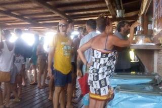 Francesco Totti in fila per l'insalata di riso in spiaggia, la foto diventa virale